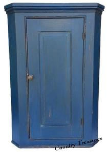D187 Early 19th century Pennslyvania single raised panel door hanging Corner Cupboard. The door is full mortised and double pined, with all original hardware. The Corner Cupboard cas is dovetailed top and bottom in an early old blue, with old salmon interior.Circa 1800-1820